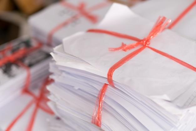 재활용을 위해 보낼 준비가 된 사용된 종이와 오래된 문서 더미