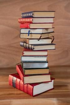 Стек различных книг на столе