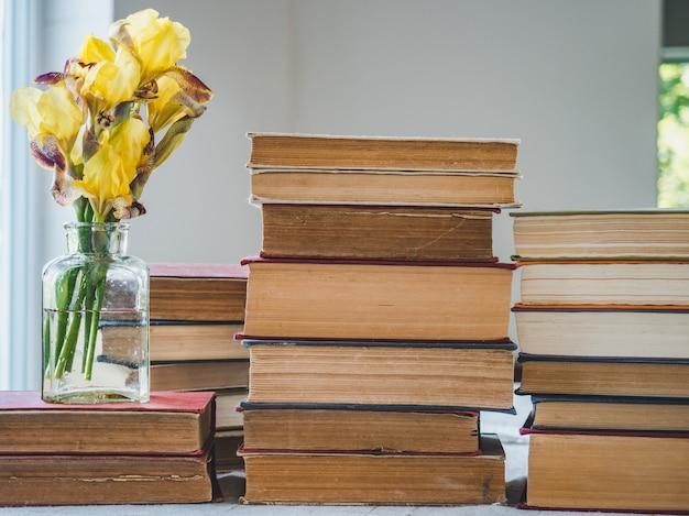 ヴィンテージ本と美しい花のスタック