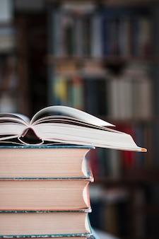 Стопка старинных книг в твердом переплете