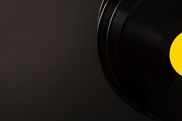 Стек виниловых пластинок на черном фоне