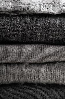 Стек теплой одежды серых цветов осенний или зимний сезон