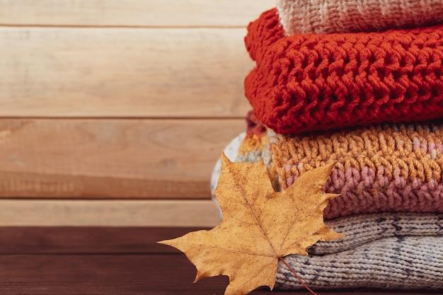 暖かいニットセーターのスタック