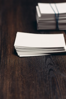 화이트 비즈니스 카드와 사무실 책상 나무 배경에 펜의 스택. 고품질 사진