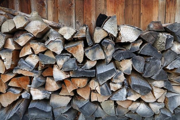 薪のための木の丸太のスタック