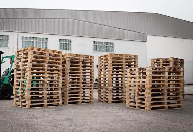 Стек деревянных поддонов на складе хранения Premium Фотографии