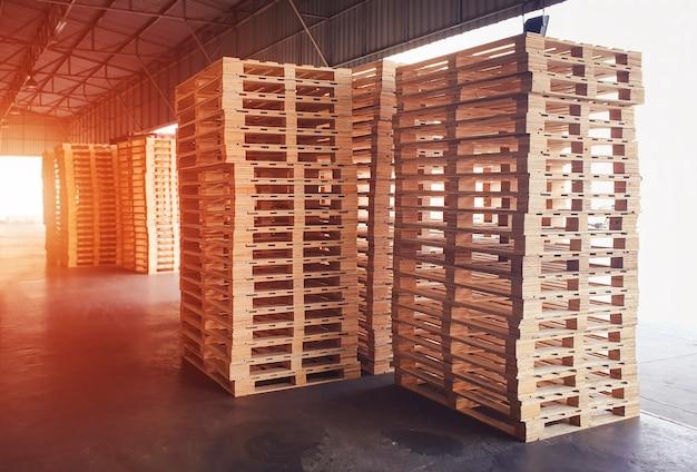 저장 창고에 나무 팔레트의 스택
