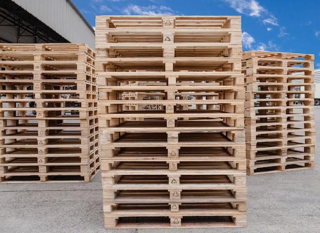 Стек деревянных поддонов хранения на складе завода-производителя.