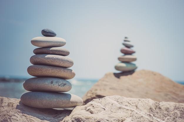 Стек дзен-камней у моря. гармония, баланс.