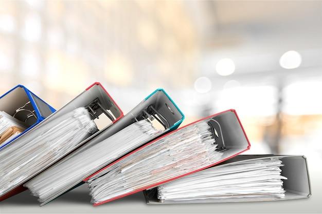 Сложите бумажный документ, связанный с работой на столе.