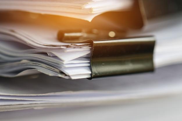 紙の文書をクリップで積み重ねる未完成の文書の積み重ね