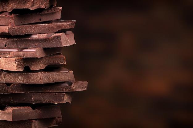 Уложите кусочки темного шоколада. сладкая конфетная башня