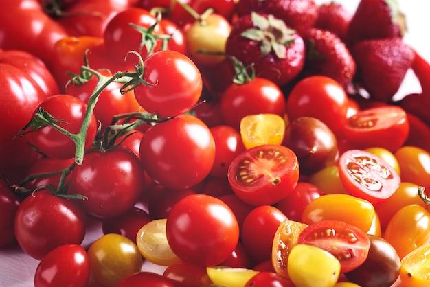 Pila di pomodori rossi maturi
