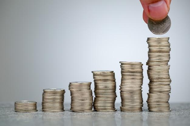 Накапливайте сбережения денег для инвестиций в свой бизнес. растущий шаг к успеху. концепция выхода на пенсию, получение прибыли. счетный баланс вашей жизни.