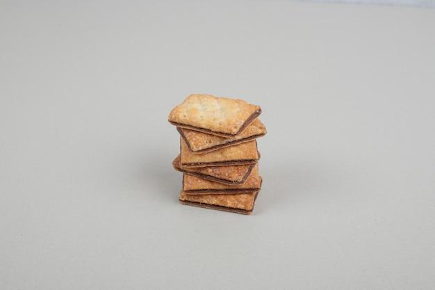 Pila di biscotti dolci sulla superficie grigia