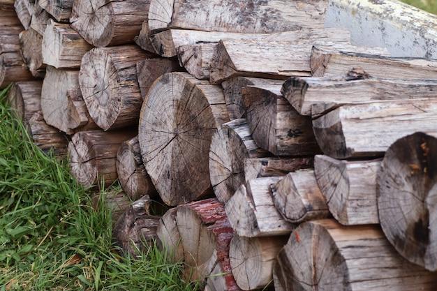 芝生の上のスタック木材