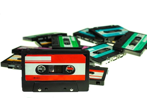 ヴィンテージコンパクトカセットテープを積み重ね、古いオーディオテープのセットをクローズアップ