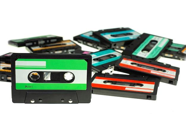ヴィンテージコンパクトカセットテープを積み重ねる