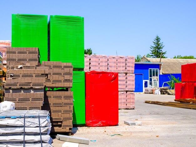 建設現場で積み上げられたレンガやその他の建築材料