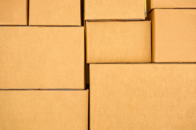 茶色の小包ボックスを積み上げ