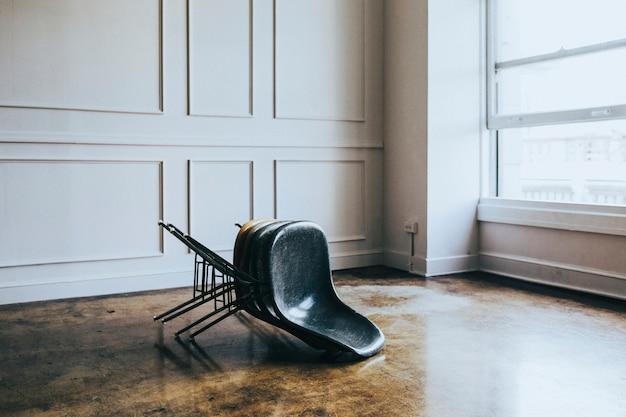Сложенные стулья в комнате
