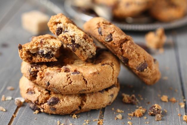 素朴な木製の背景に積み上げチョコレートチップクッキー