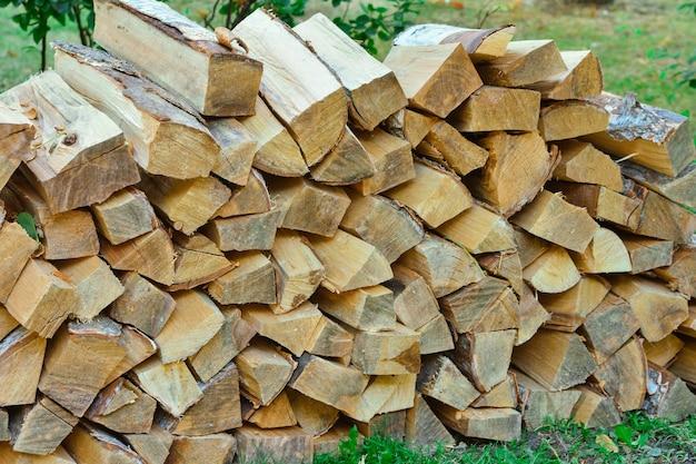 Сложены дрова в деревне дрова сложены поленницы