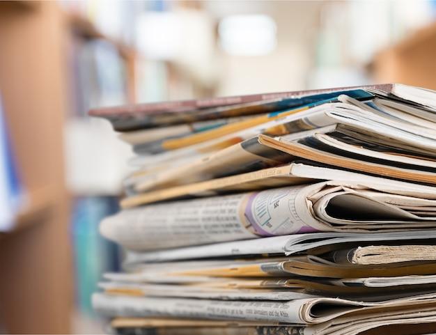 明るい背景、クローズアップビューで積み重ねられた雑誌