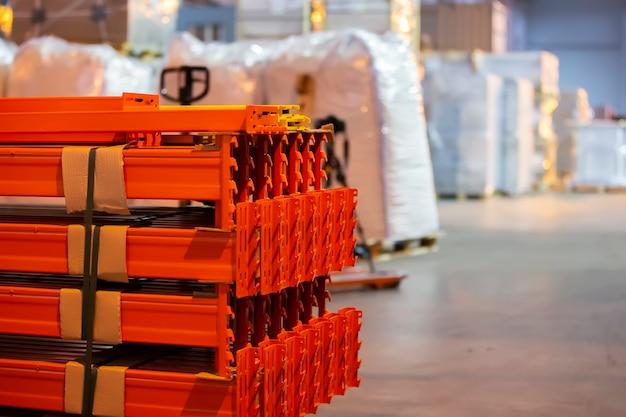 Сборная металлическая конструкция складских полок для хранения продуктов.