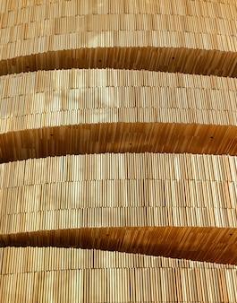 누적 된 현대 나무 벽 건물 레이어