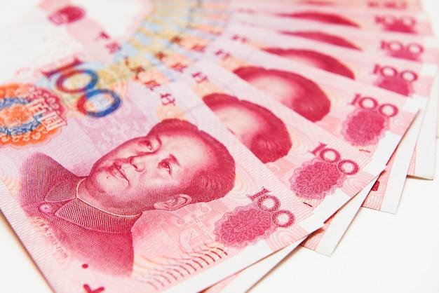 Сложены банкнот китая 100 юаней, крупным планом