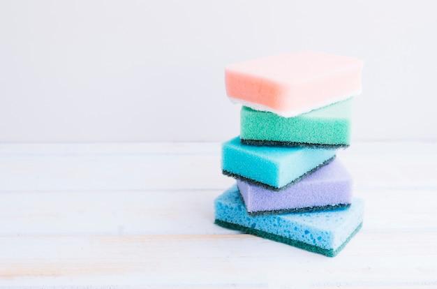 Сложены разноцветные губки на столе