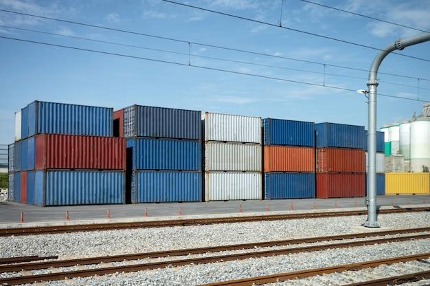 コンテナターミナルに雨道のあるコンテナ貨物を積み上げた。ビジネスロジスティックのインポートとエクスポート