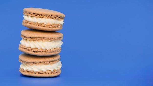 С накоплением миндальное печенье на синем фоне