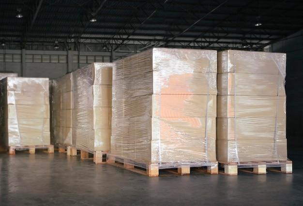 Укладка упаковочных ящиков на деревянные поддоны на складе отгрузочные ящики экспорт импорт груза