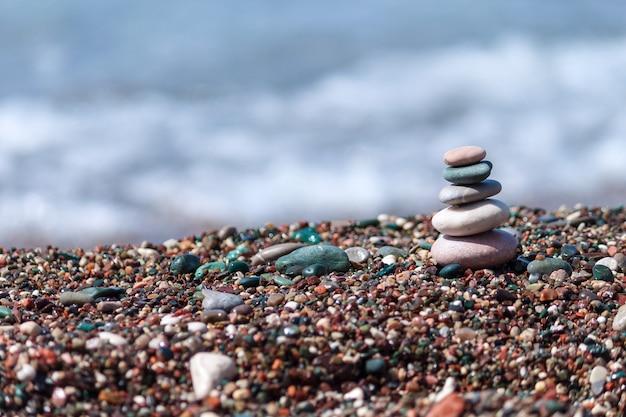 Уложенная галька вдоль пляжа. гармония, концепция релаксации.