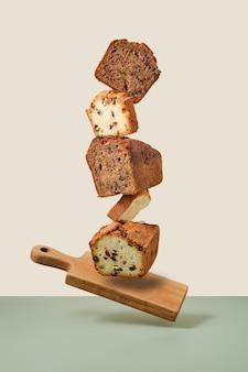 비스킷 컵 케이크의 누적된 조각입니다. 나무 판자에 균형 잡힌 케이크