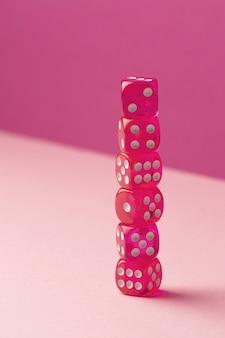 ピンクの背景に積み上げられたピンクのダイス