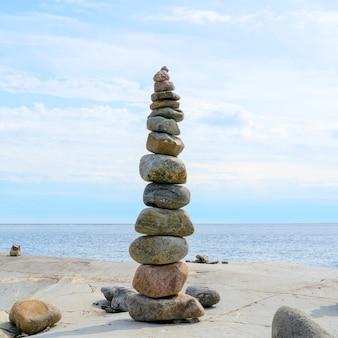 Stacked rocksのバランス、正確なスタッキング。海岸の石造りの塔。コピースペース。