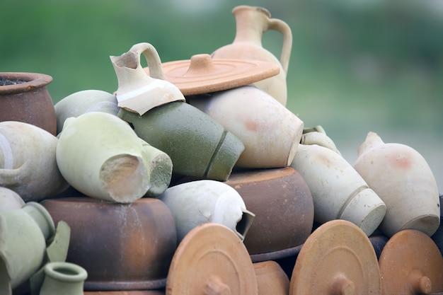 Сложенные вместе разбитые глиняные горшки