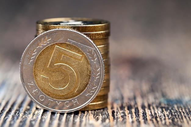 Сложенные вместе металлические денежные монеты, крупный план польских денег