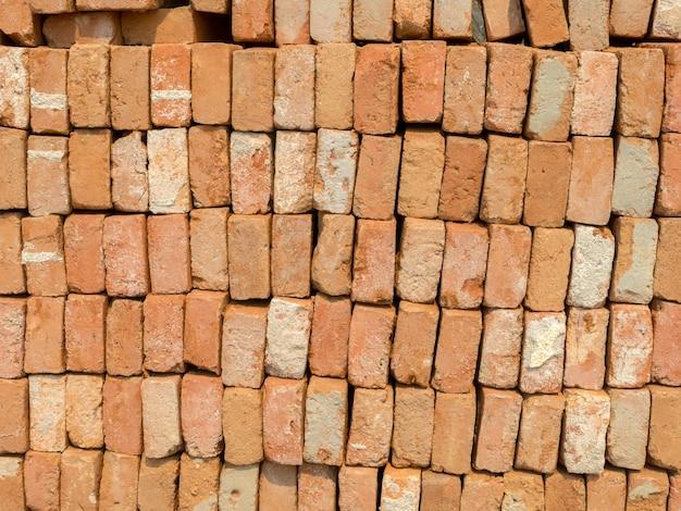 再利用のために積み重ねられた使用済み粘土レンガ
