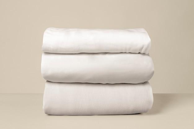 쌓인 흰색 침대 린넨