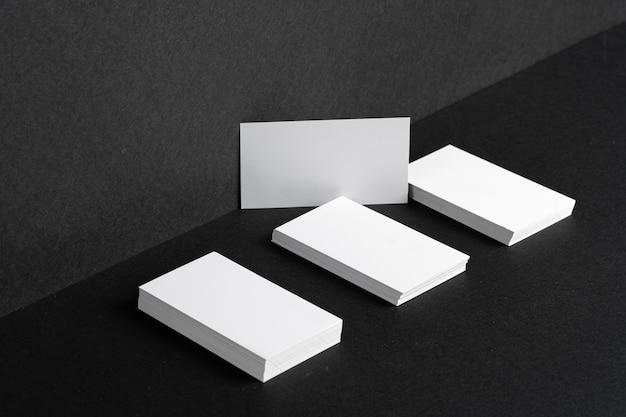 Сложенные белые визитки для фирменного стиля на черном столе