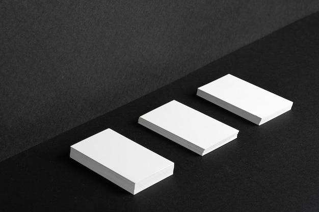 검은 색 바탕에 정체성을 브랜딩하기위한 누적 된 흰색 명함, 복사 공간