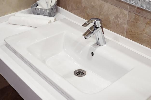 モダンなバスルームに積み上げられた白いスパタオル