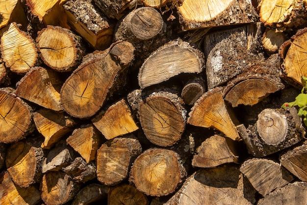 薪用の積み重ねられた木の丸太。