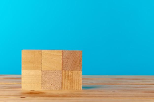 파란색 배경에 나무 책상에 쌓인 된 나무 블록