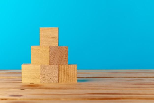 블루에 대 한 나무 책상에 쌓인 된 나무 블록