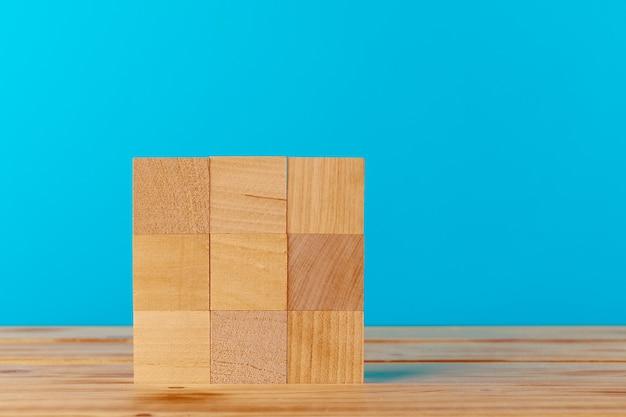 木製の机の上に積み上げられた木製のブロック